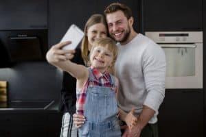 משפחה מצלמת סרטון ליוטיוב